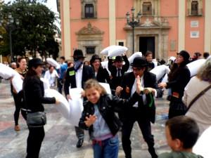 Guerra de almohadas en la Plaza de la Virgen de Valencia.
